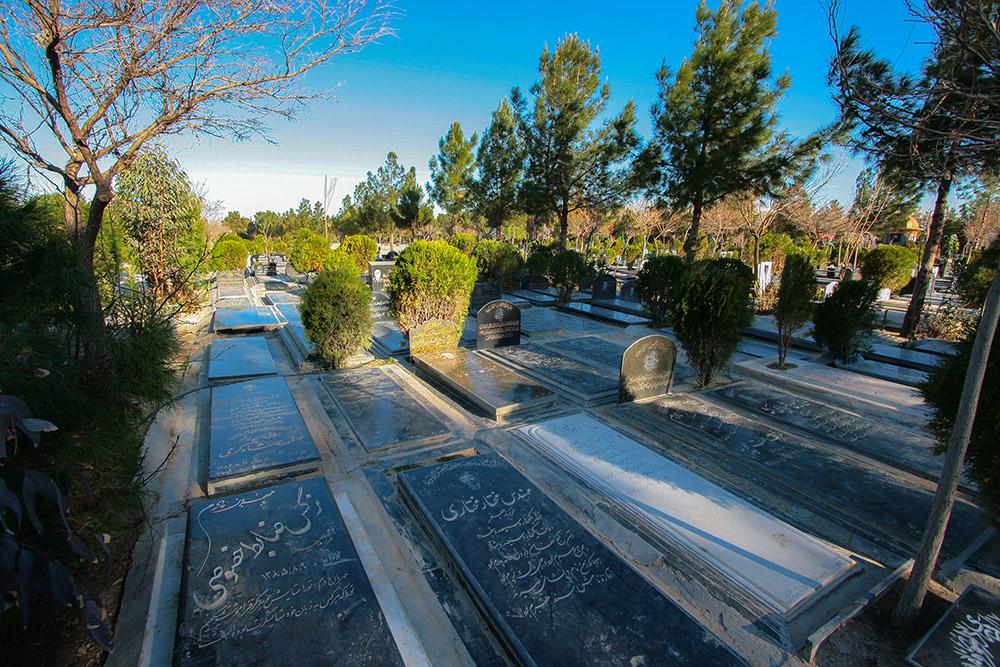 شبانه مردههایمان را دفن میکنیم