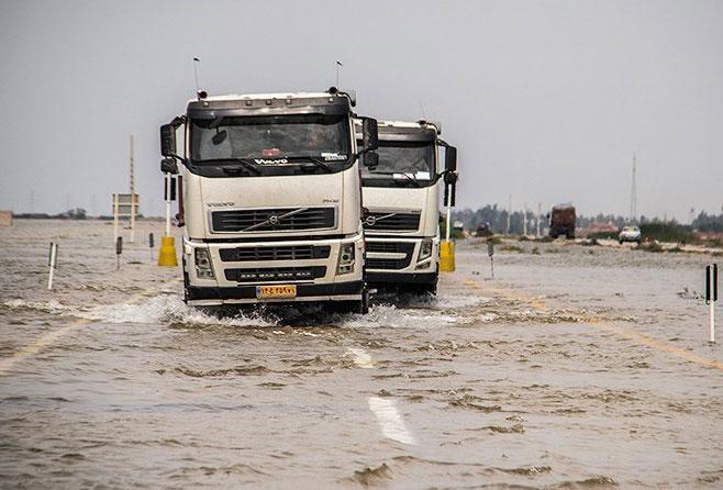 سرنشینان ۱۰۰ خودروی گرفتار در سیلاب نجات یافتند