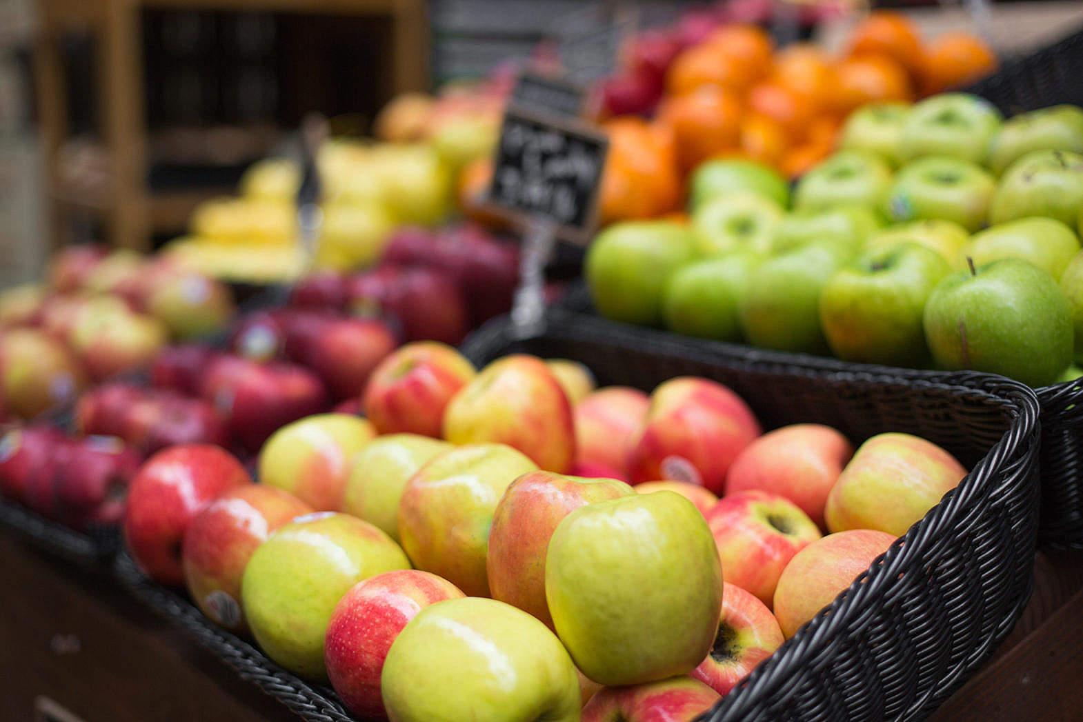 تامین بیش از ۲ هزار تن سیب و پرتقال برای شب عید استان کرمان